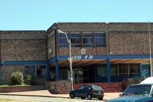 Liceo N° 30 visto desde Calle Bvar. José Batlle y Ordóñez